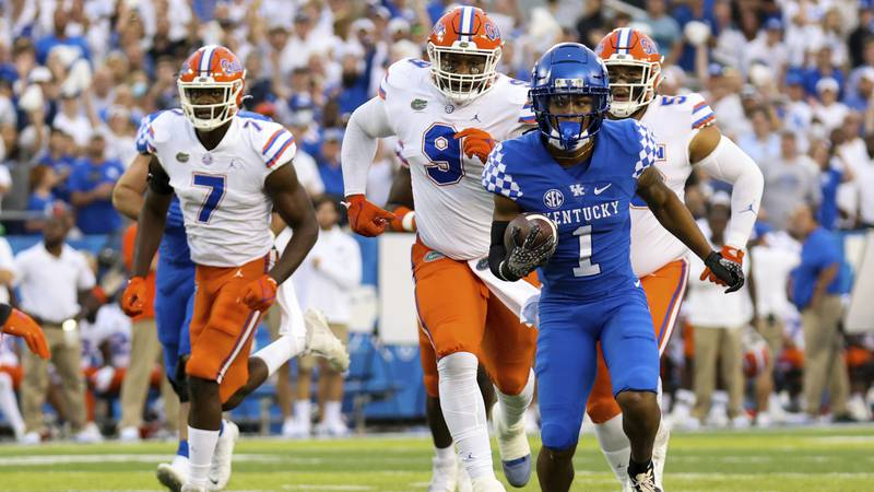 Kentucky wide receiver Wan'Dale Robinson (1) runs the ball for a touchdown during the first...