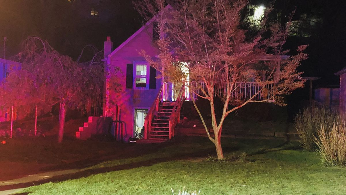 Early morning fire damages St. Albans home